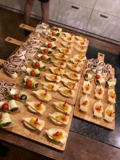 carpaccio rol, courgette-feta-tomaat spies en pinchos met manchego en mango-gember chutney